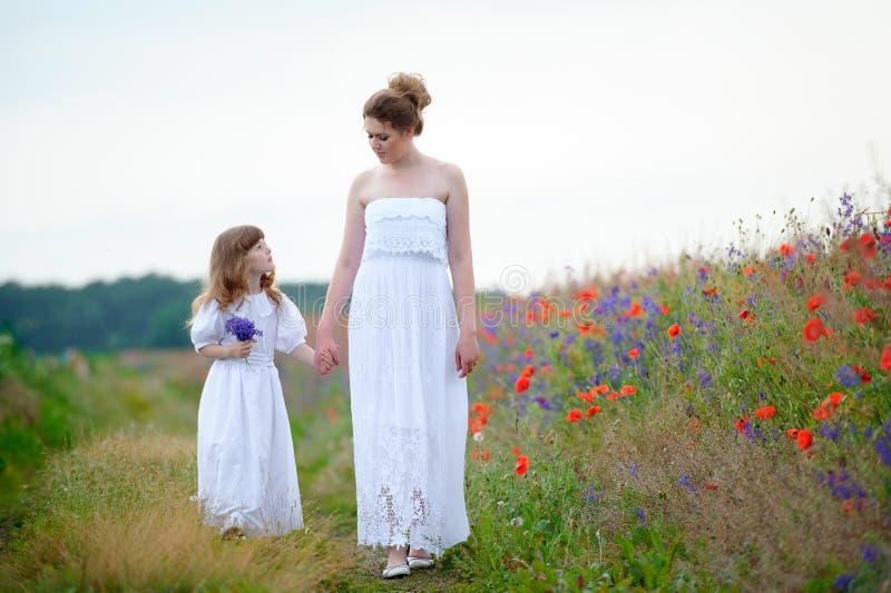 Glückliches kleines Tochterspielen des Familienmutter- und -kindermädchens und r stockfotografie