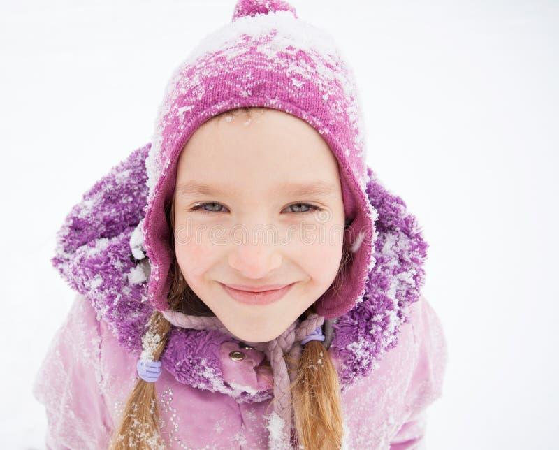 Glückliches Kleinkind am Winter stockfotos