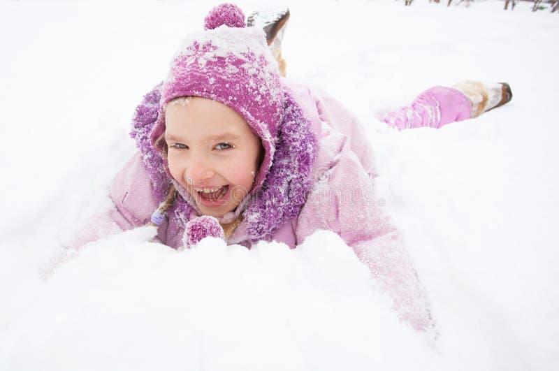 Glückliches Kleinkind am Winter lizenzfreies stockbild