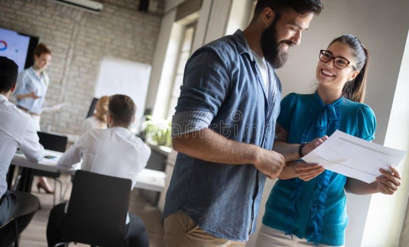 Glückliches kreatives Team im Büro Geschäfts-, Start-, Entwurfs-, Leute- und Teamwork-Konzept lizenzfreie stockbilder