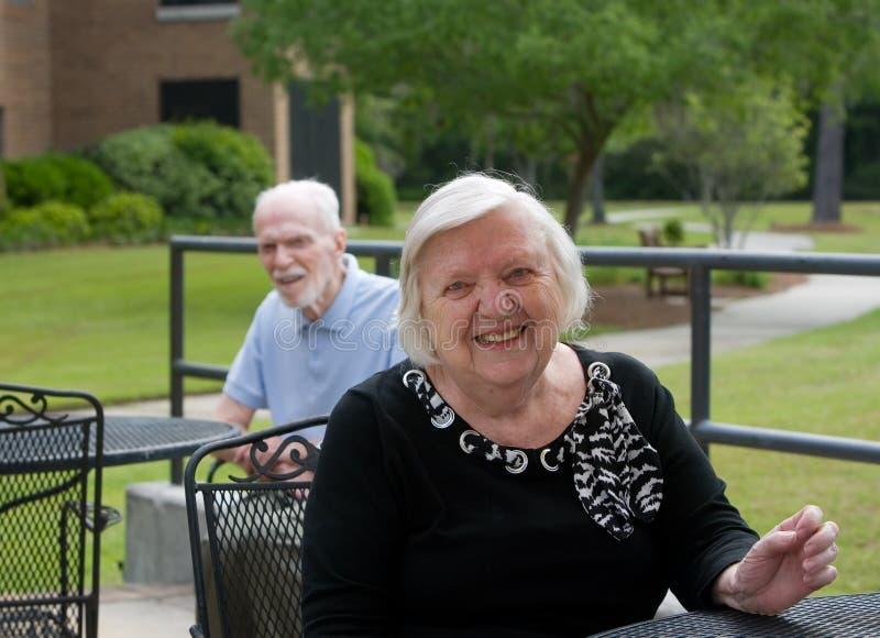 Glückliches Lächeln der älteren Frau lizenzfreie stockfotografie