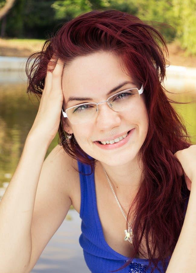 Glückliches Lächeln der jungen Frau stockbilder