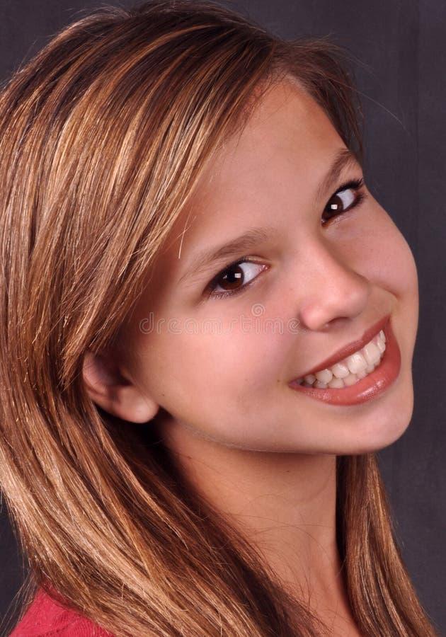 Glückliches Lächeln des glücklichen Mädchens lizenzfreie stockbilder