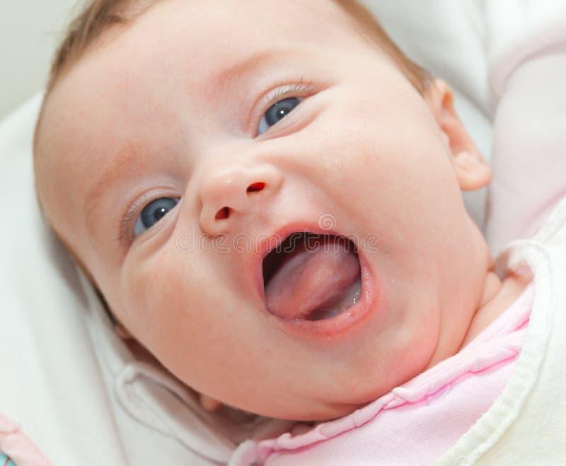 Glückliches Lächeln neugeboren mit blauen Augen lizenzfreie stockfotografie