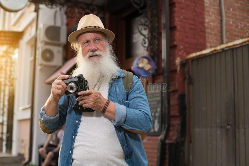 Glückliches lächelndes älteres touristisches oben flüchtig blicken lizenzfreies stockbild
