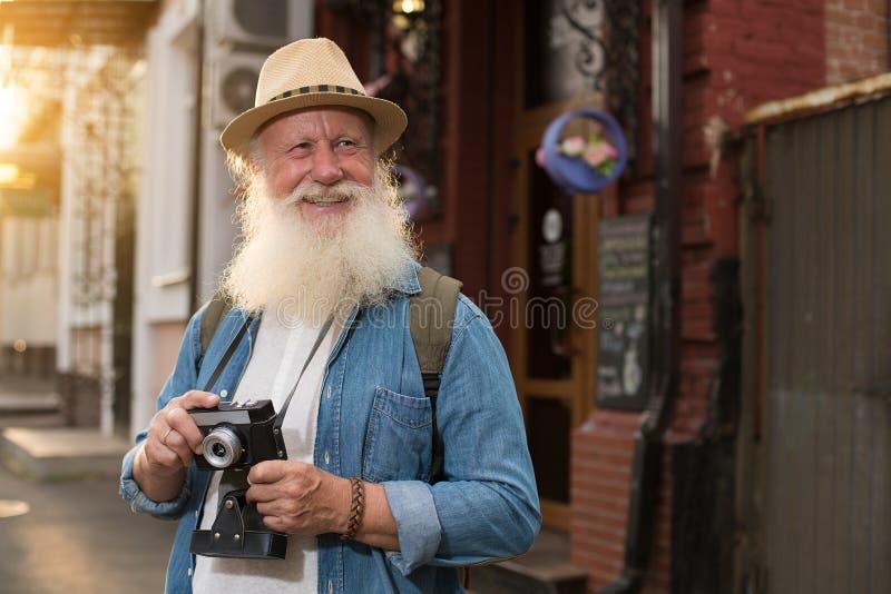 Glückliches lächelndes älteres touristisches oben flüchtig blicken stockfotografie