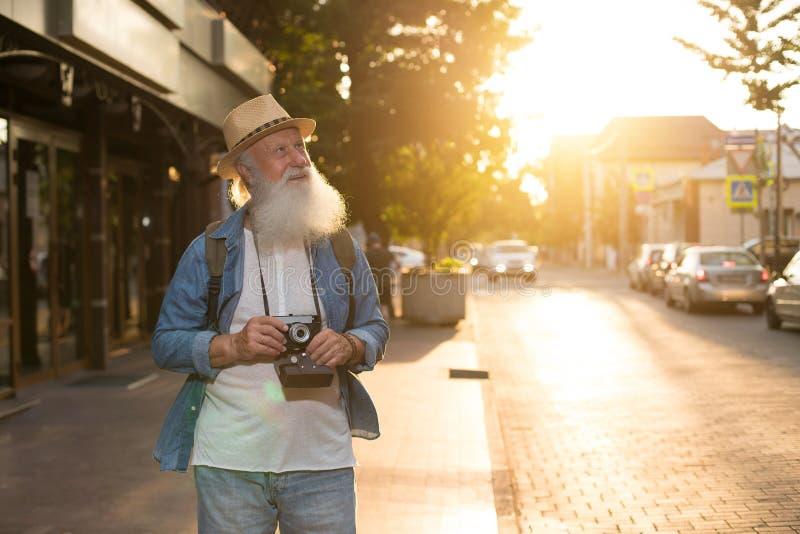 Glückliches lächelndes älteres touristisches oben flüchtig blicken lizenzfreie stockbilder