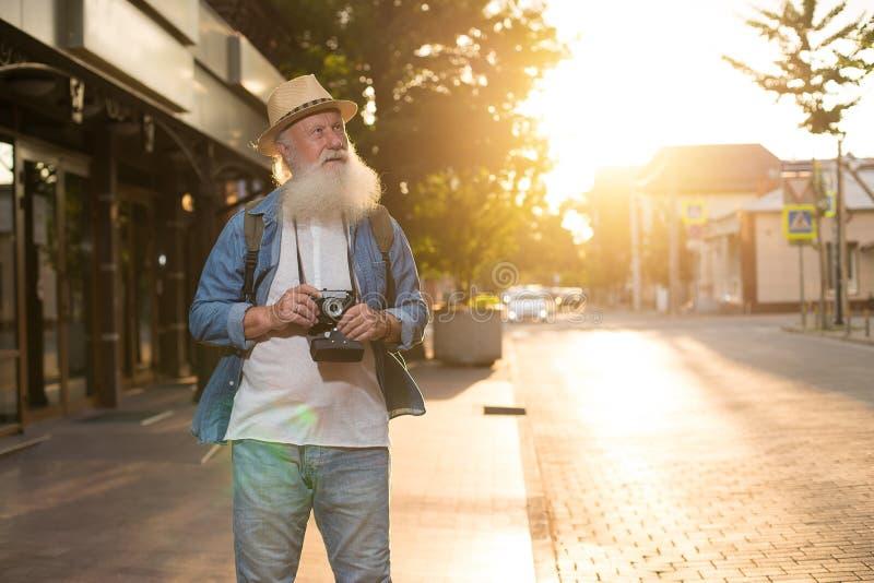 Glückliches lächelndes älteres touristisches oben flüchtig blicken stockbilder