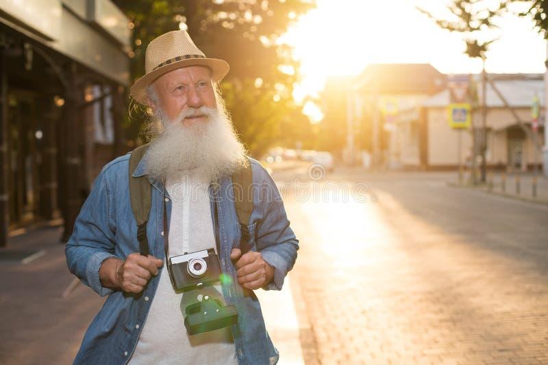 Glückliches lächelndes älteres touristisches oben flüchtig blicken lizenzfreie stockfotografie