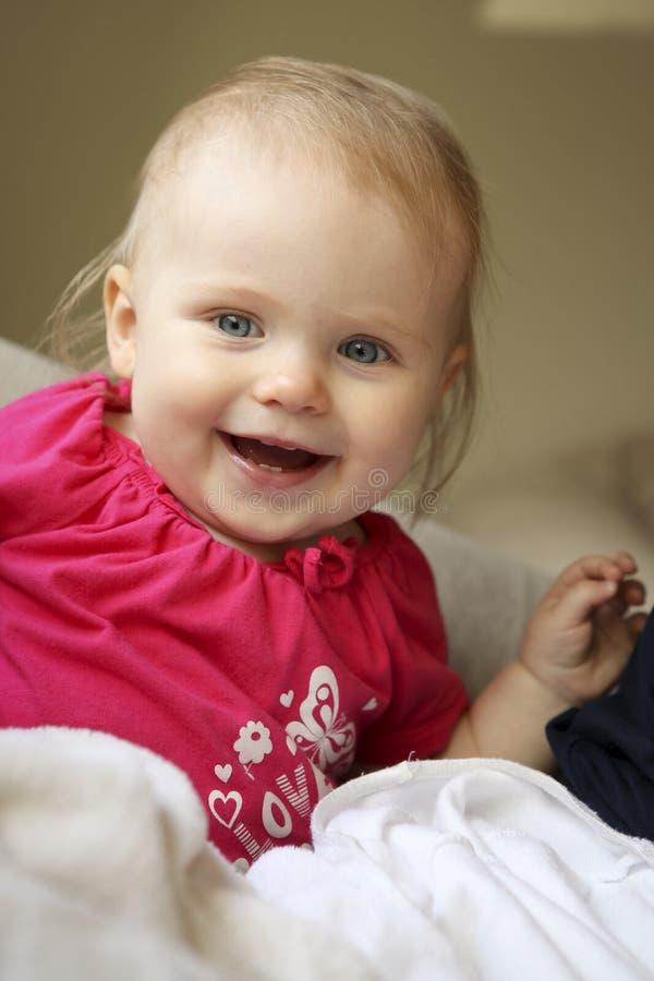 Glückliches lächelndes Baby lizenzfreie stockfotos