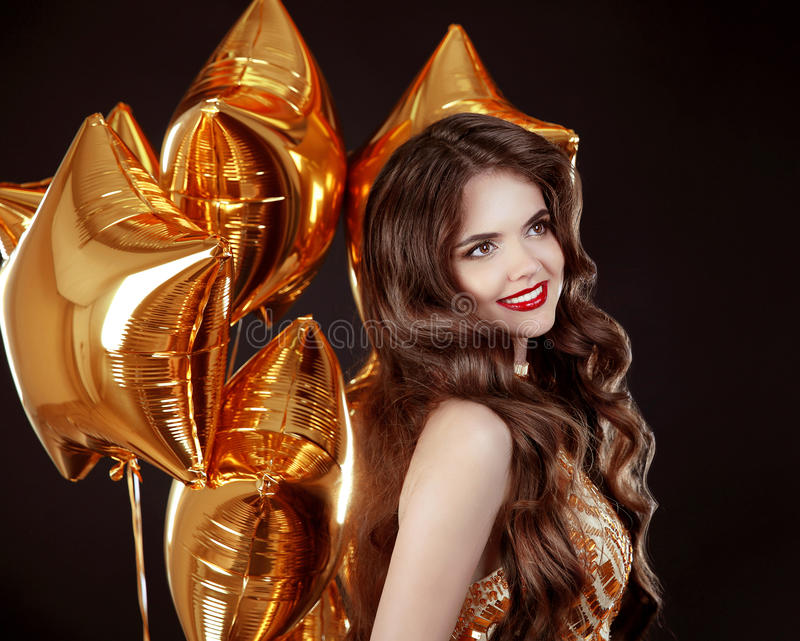 Glückliches lächelndes Brunettefrauenporträt Attraktives Mädchen mit lang lizenzfreies stockfoto