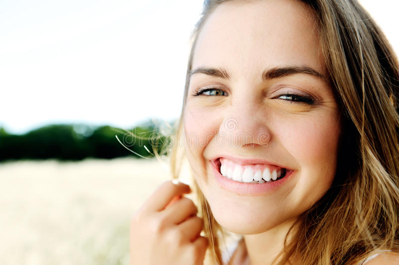 Glückliches lächelndes Brunettemädchen lizenzfreies stockfoto