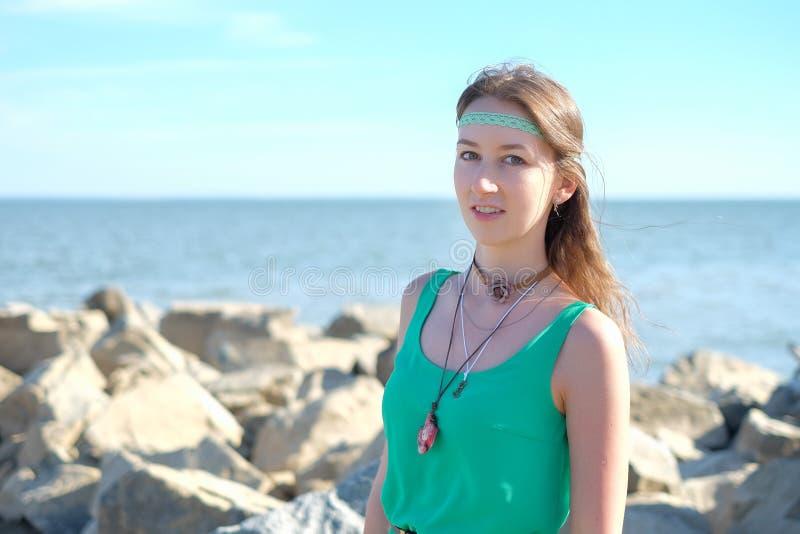 Glückliches lächelndes Hippiemädchen auf dem Seehintergrund stockfotografie