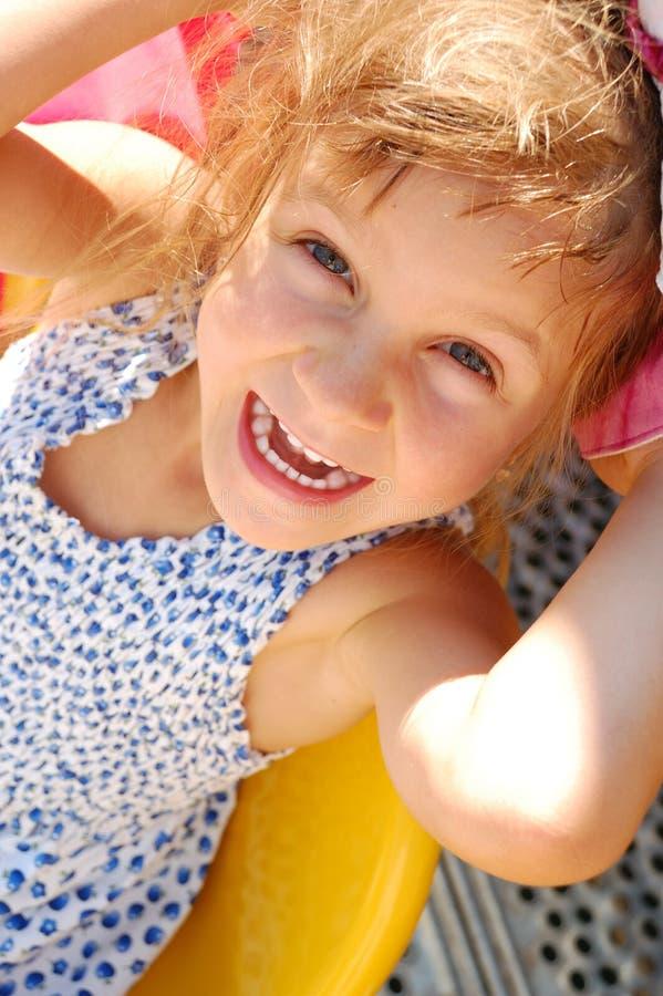 Glückliches lächelndes kleines Mädchen im Freien lizenzfreies stockfoto