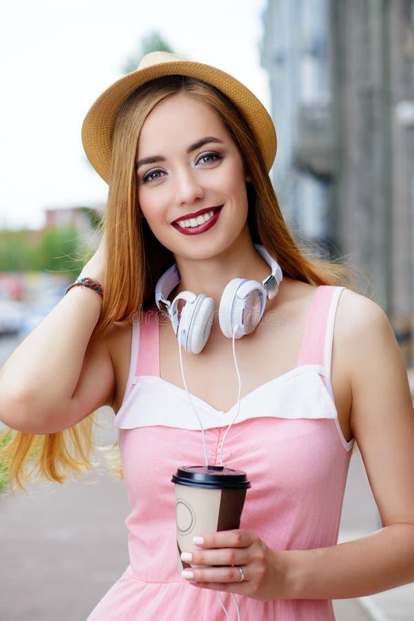 Glückliches lächelndes Mädchen stockfotos