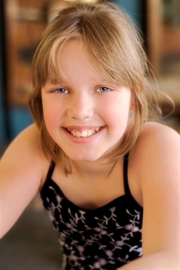 Glückliches lächelndes Mädchen stockfoto