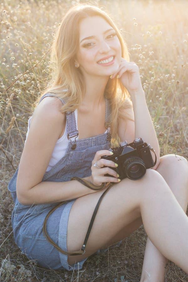 Glückliches lächelndes Mädchen, das Bilder durch digitales macht lizenzfreies stockbild