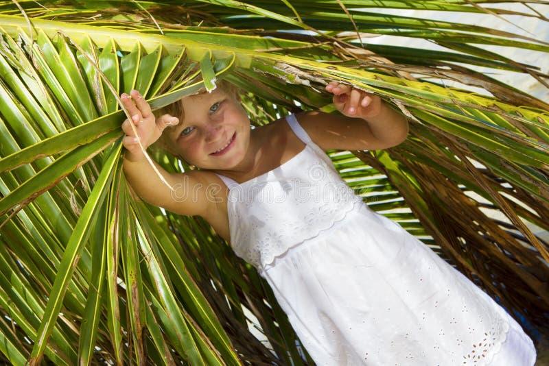 Glückliches lächelndes Mädchen, das heraus von unterhalb PAs schaut lizenzfreie stockfotografie