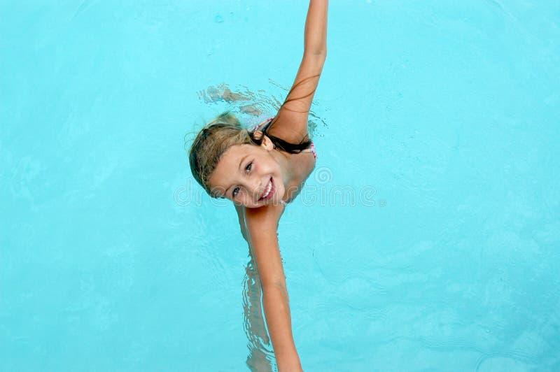 Glückliches lächelndes Mädchen im Swimmingpool. lizenzfreies stockbild