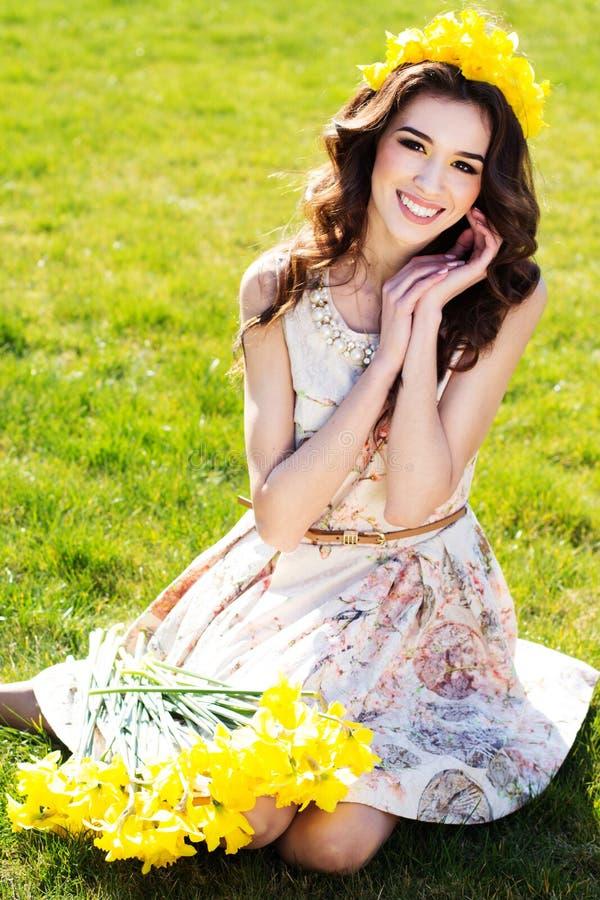 Glückliches lächelndes Mädchen mit gelben Blumen lizenzfreie stockfotos