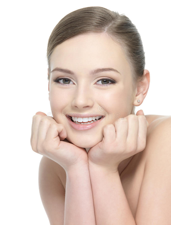 Glückliches lächelndes Mädchen mit hübschem Gesicht lizenzfreie stockfotos