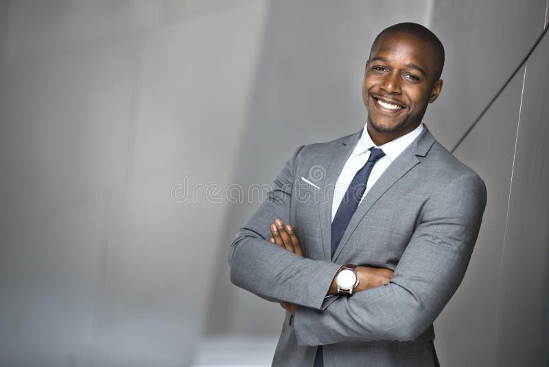 Glückliches lächelndes Porträt eines erfolgreichen überzeugten Geschäftsmannes des leitenden Angestellten des Afroamerikaners stockfotografie