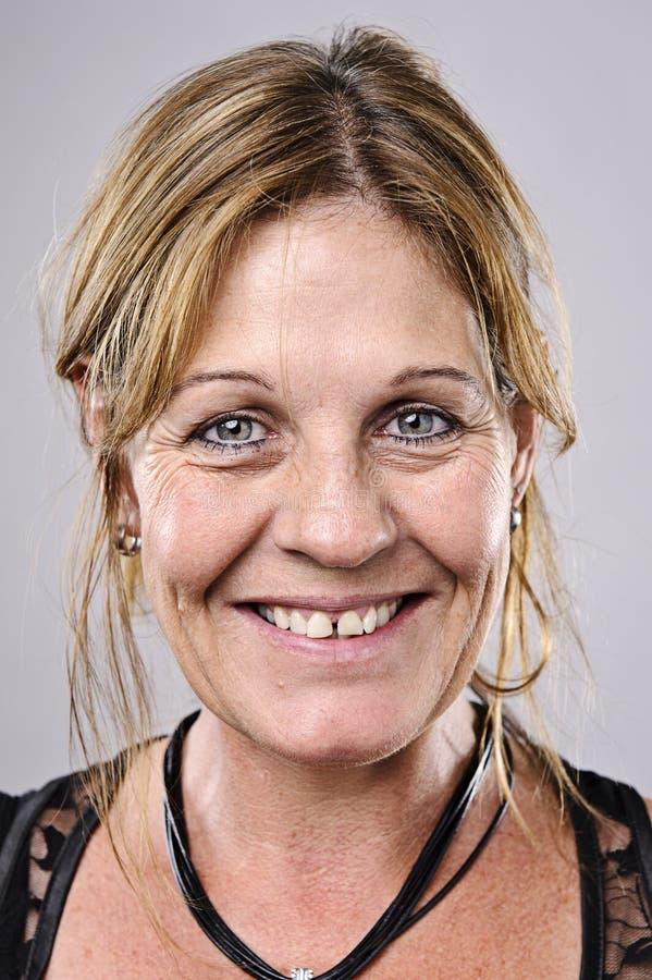 Glückliches lächelndes Portrait lizenzfreie stockbilder
