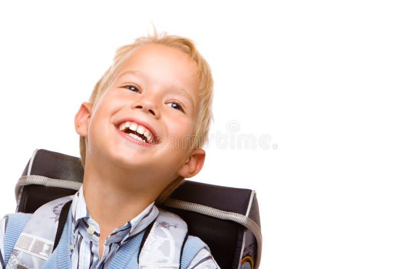 Glückliches lächelndes pubil (Junge) mit Schultasche stockfotografie