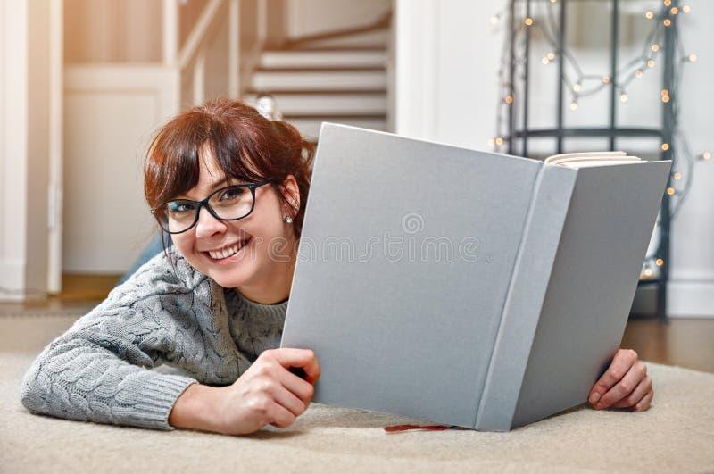 Glückliches lächelndes Studentinbuch lizenzfreie stockfotos