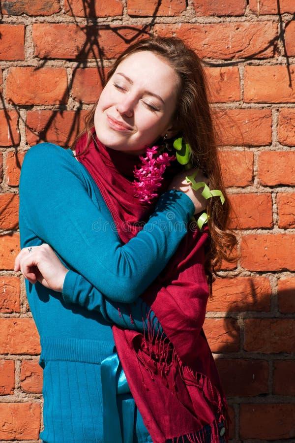 Glückliches Lächelnmädchen mit Flieder empfing vom Liebhaber stockfoto