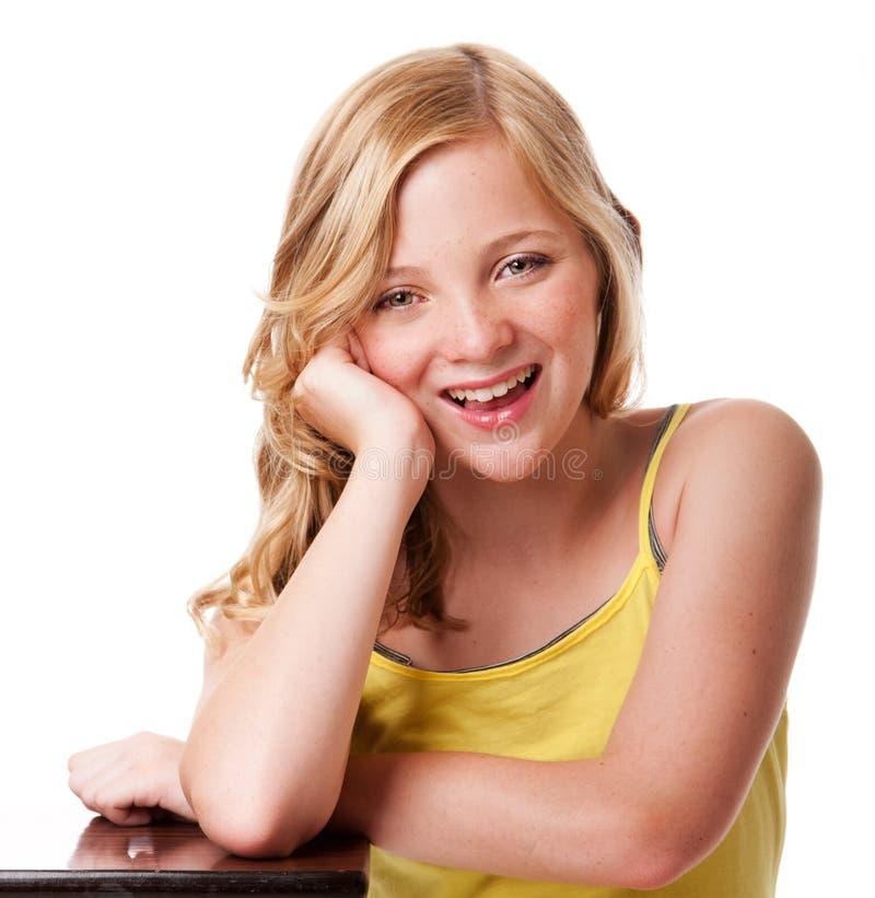 Glückliches lachendes Mädchen mit sauberer Gesichtshaut lizenzfreie stockfotos