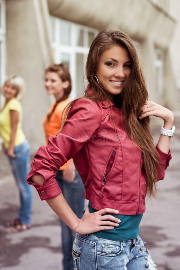 Glückliches langhaariges Mädchen mit Freunden stockfotos