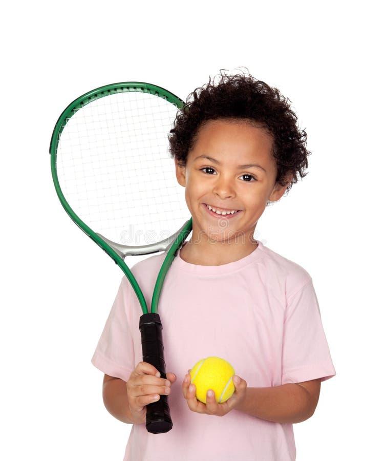 Glückliches lateinisches Kind mit einem Tennisschläger stockfotos