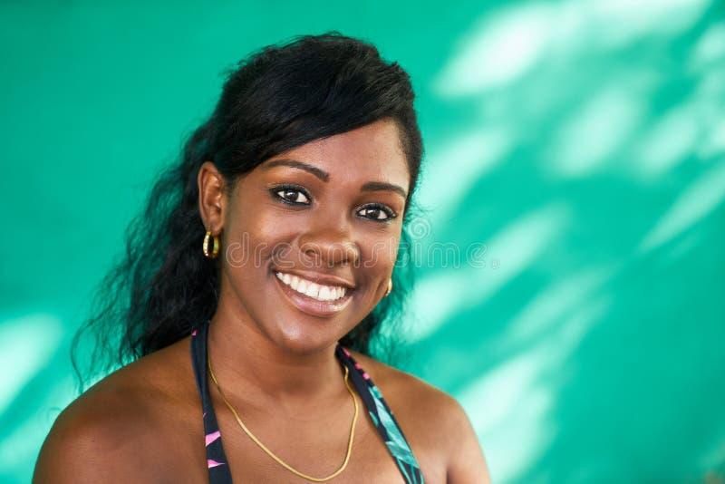 Glückliches Latina-Mädchen-junges schwarze Frauen-Lächeln lizenzfreies stockbild