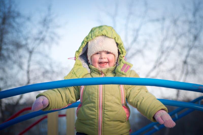Glückliches Mädchen auf Brücke auf Spielplatz lizenzfreies stockfoto