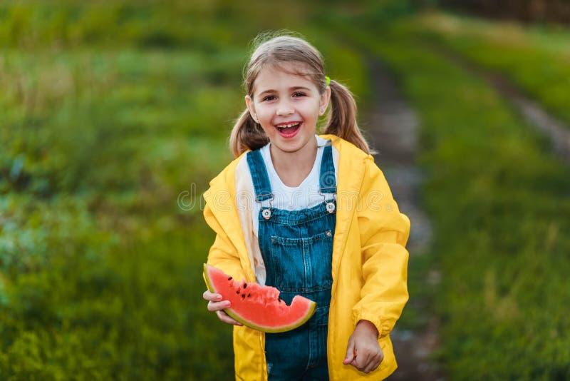 Glückliches Mädchen, das eine Wassermelone hält lizenzfreie stockfotos