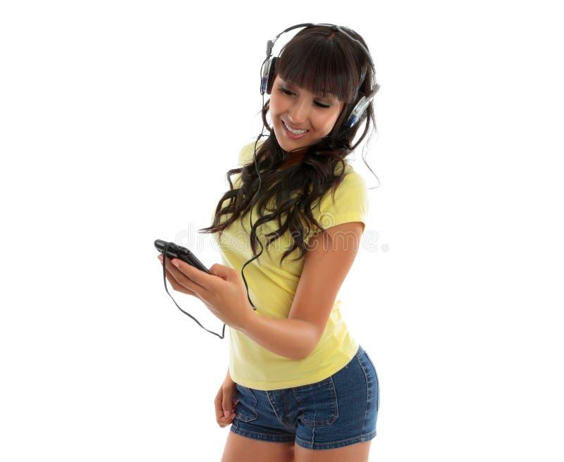 Glückliches Mädchen, das einen Musikspieler verwendet stockfotos