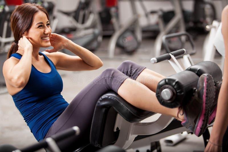 Glückliches Mädchen, das in einer Turnhalle trainiert lizenzfreies stockfoto