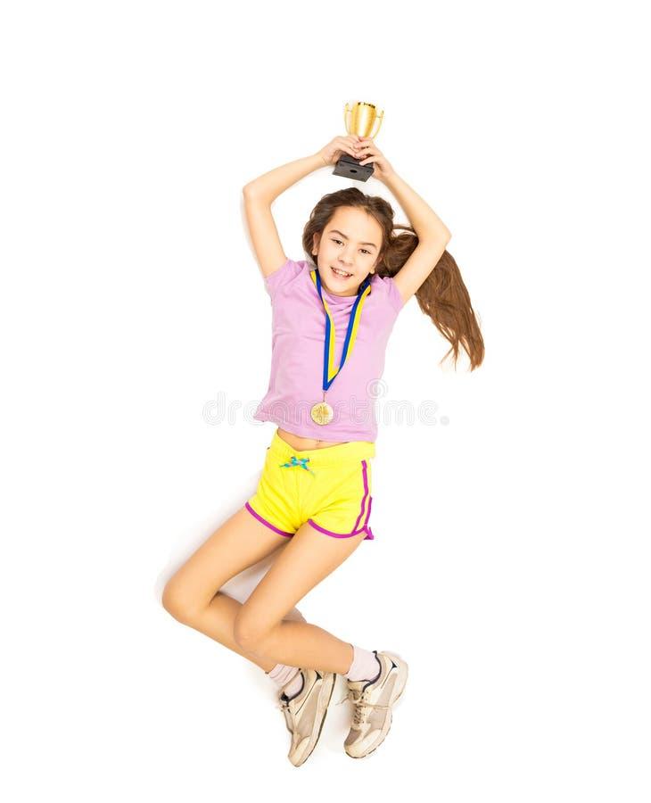 Glückliches Mädchen, das hoch springt, nachdem in Konkurrenz erster Platz genommen worden ist stockbilder