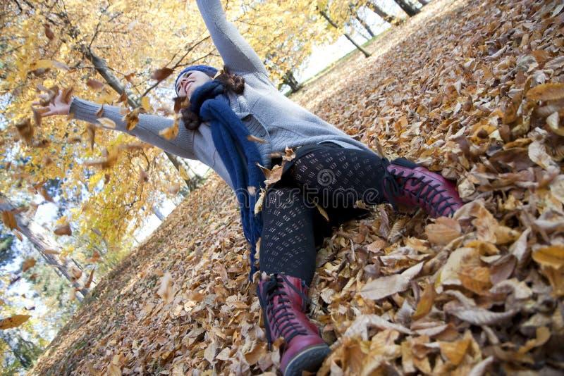 Glückliches Mädchen, das im Park spielt stockbild