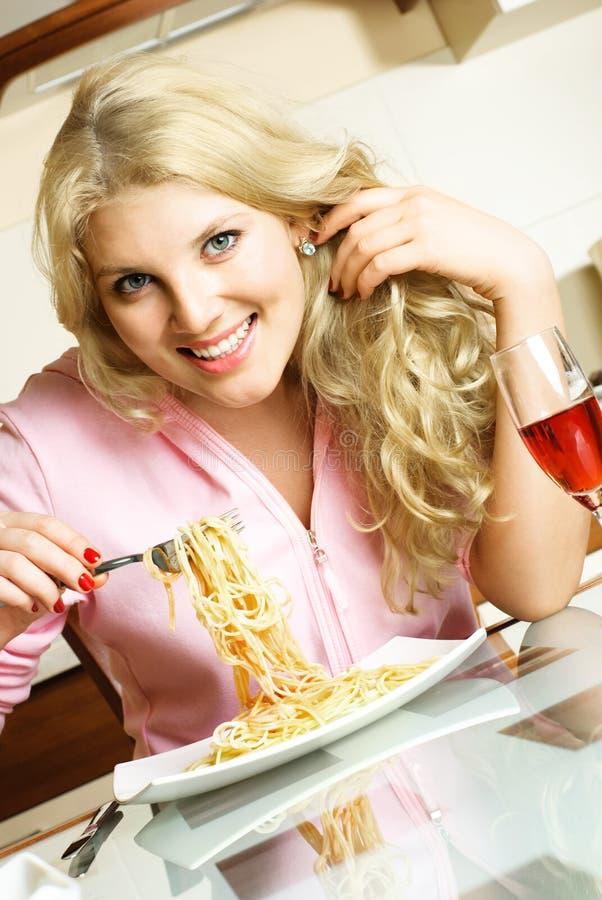 Glückliches Mädchen, das Isolationsschlauch isst lizenzfreie stockfotografie