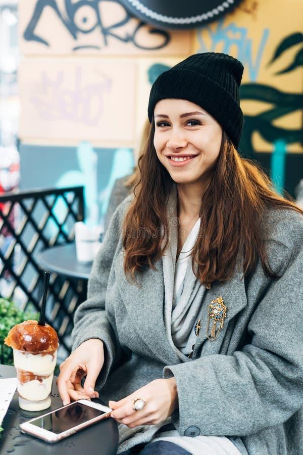 Glückliches Mädchen, das Nachtisch in einem Café isst lizenzfreies stockfoto