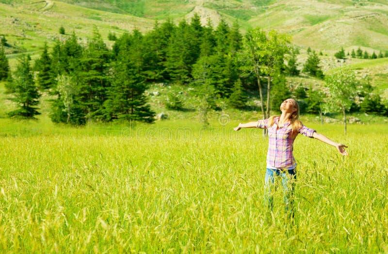 Glückliches Mädchen, das Natur genießt stockfotografie