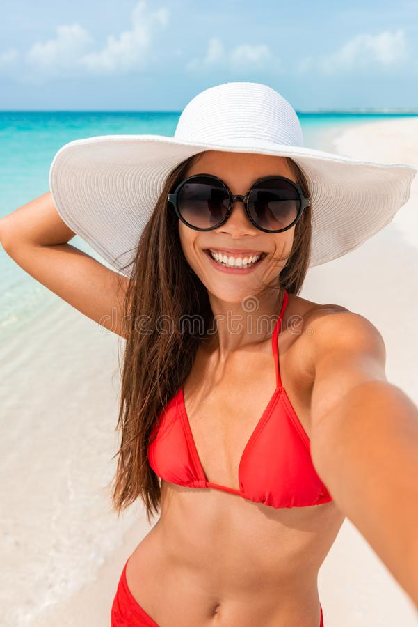 Glückliches Mädchen, das selfie beim Sommerstrand-Ferienlächeln des Spaßes an den tropischen karibischen Feiertagen nimmt Asiatin lizenzfreie stockbilder
