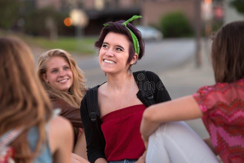 Glückliches Mädchen, das weg schaut stockfotografie