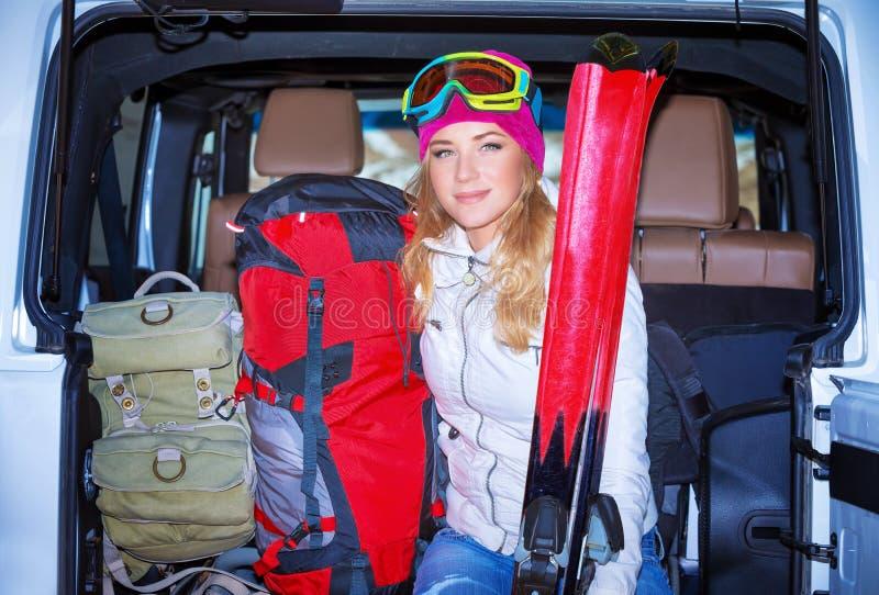 Glückliches Mädchen, das Wintersport genießt lizenzfreie stockfotografie
