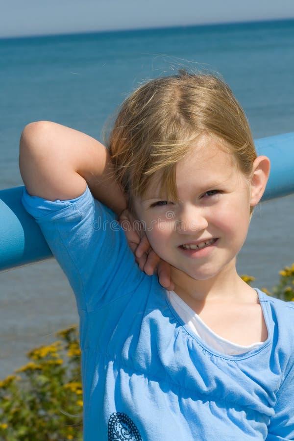 Glückliches Mädchen in dem See. lizenzfreie stockfotografie