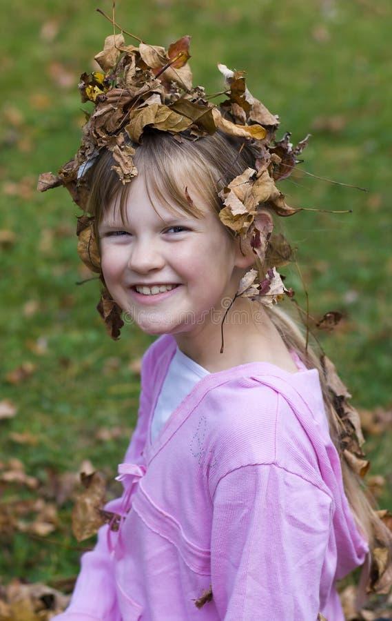 Glückliches Mädchen in den Blättern. stockfotos