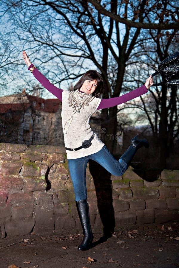Glückliches Mädchen in der Stadt an der Dämmerung lizenzfreie stockbilder