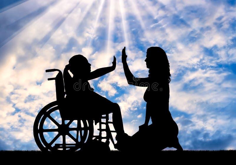 Glückliches Mädchen des behinderten Kindes im Rollstuhl und in ihrer Mutter lizenzfreie stockfotografie